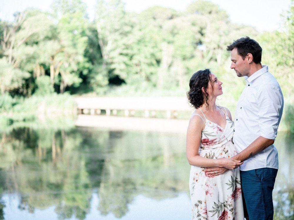 Couple photographié par Sylvia Calmet, photographe de mariage et de famille à Salon de provence lors de leur séance grossesse