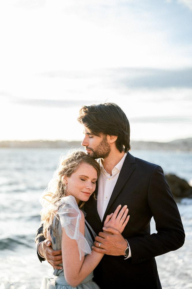 Mariés en bord de mer photographié par Sylvia Calmet