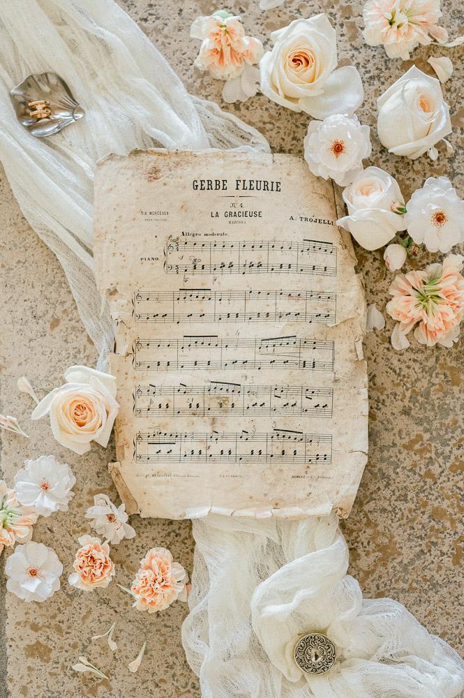 Flat lay réalisé par Sylvia Calmet Photographe de mariage à aix en provence