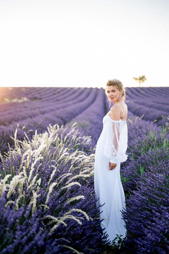 Mariée dans les champs de lavandes de valensole photographiée par Sylvia Calmet