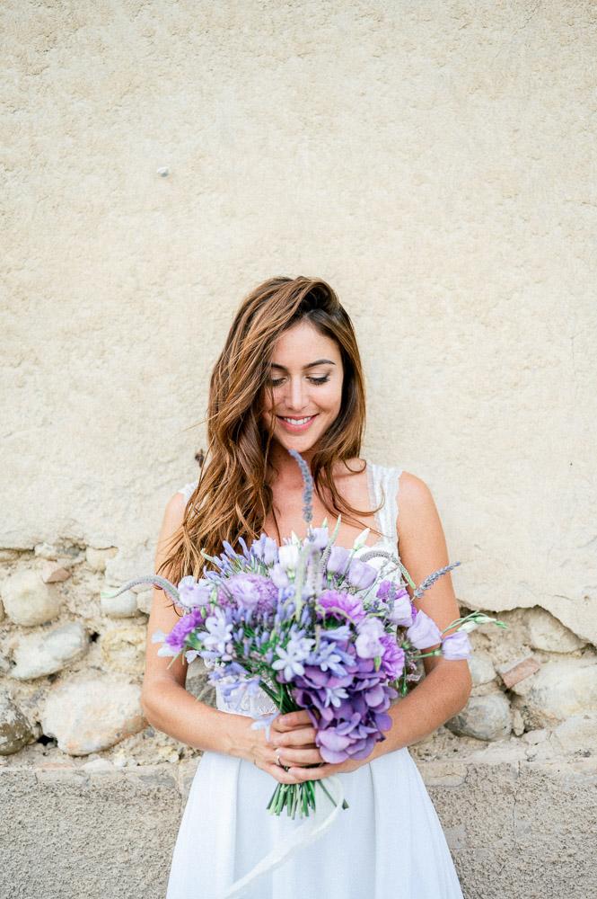 Mariée et son bouquet au château du grand pjardin de Valensole
