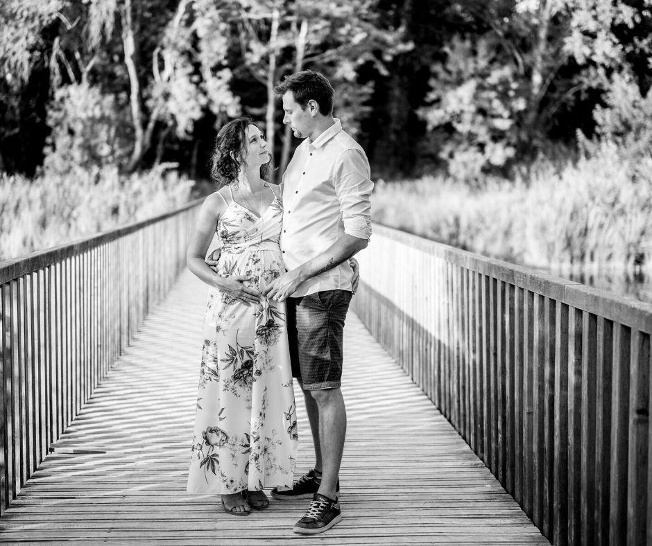 Couple sur un pont dans le parc de la fontaine Marie Rose pour leur séance grossesse immortalisée par Sylvia Calmet photographe à Salon de Provence
