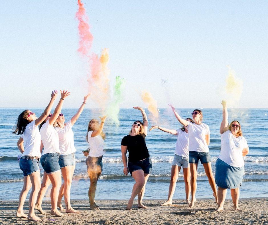 Enterrement de vie de jeune fille et jets de poudre colorée sur une plage de Montpellier