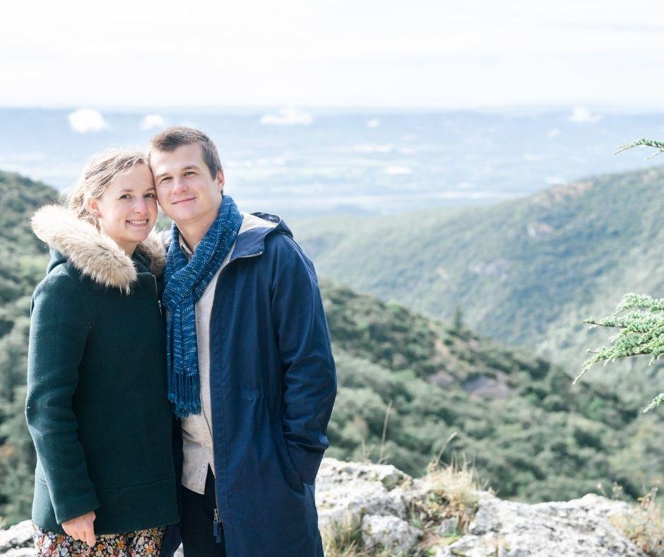 Couple face à Sylvia Calmet photographe de mariage pour leur séance couple en Lubéron