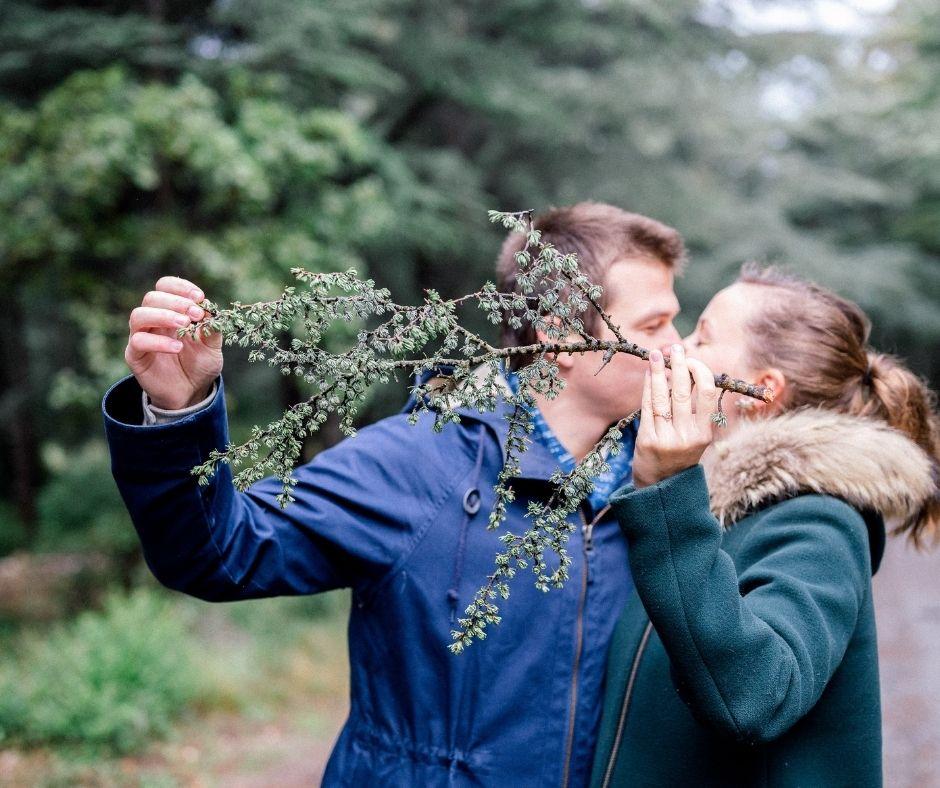Couple se cachant lors de sa séance engagement en Lubéron