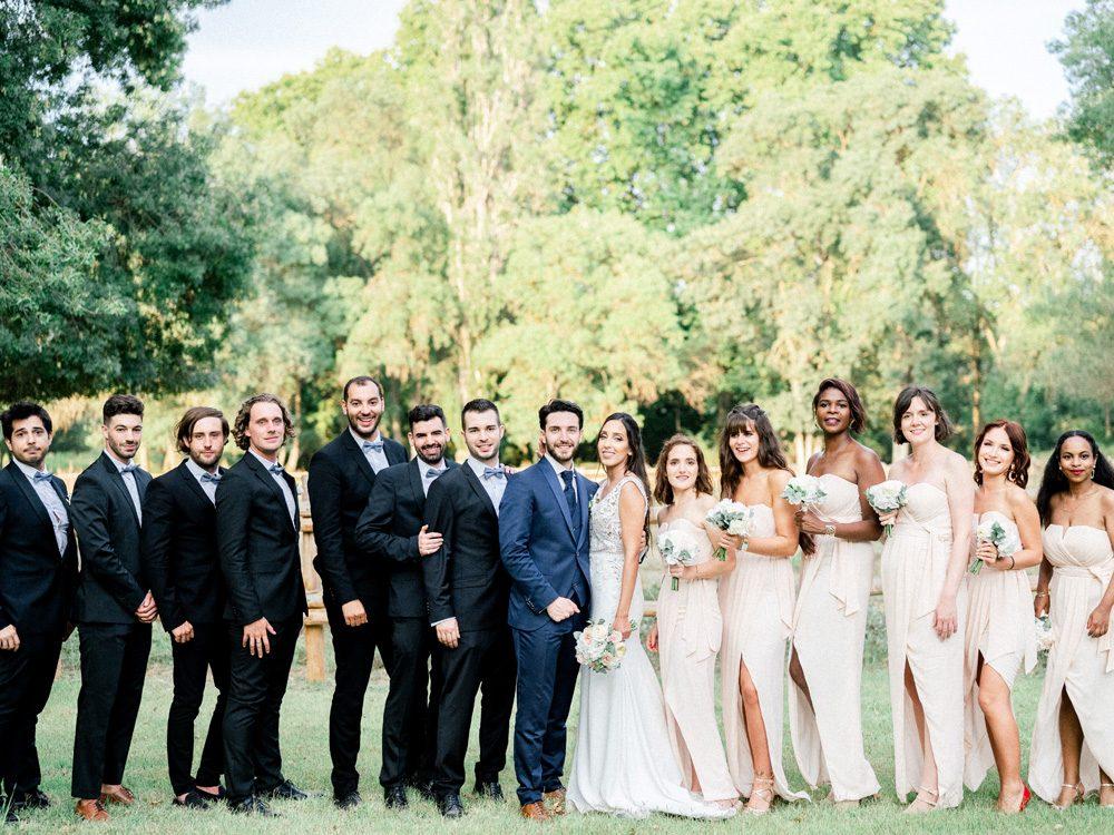 Mariage au domaine de biar, couple de mariés et leurs amis photographiés par Sylvia Calmet photographe de mariage en Provence