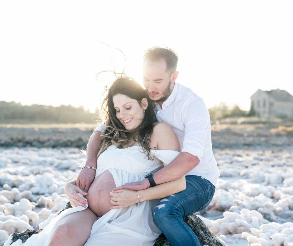 couple d amoureux qui attendent un enfant pour leur séance photographies de grossesse