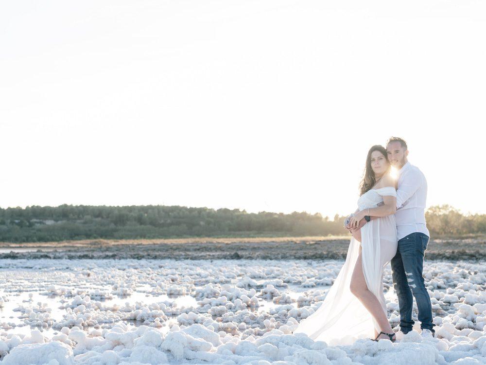 C'est au bord de l'Etang de Lavalduc que Denis et Alexandra ont fait appel à Sylvia Calmet photographe de famille à Salon de Provence pour leur photographies de grossesse