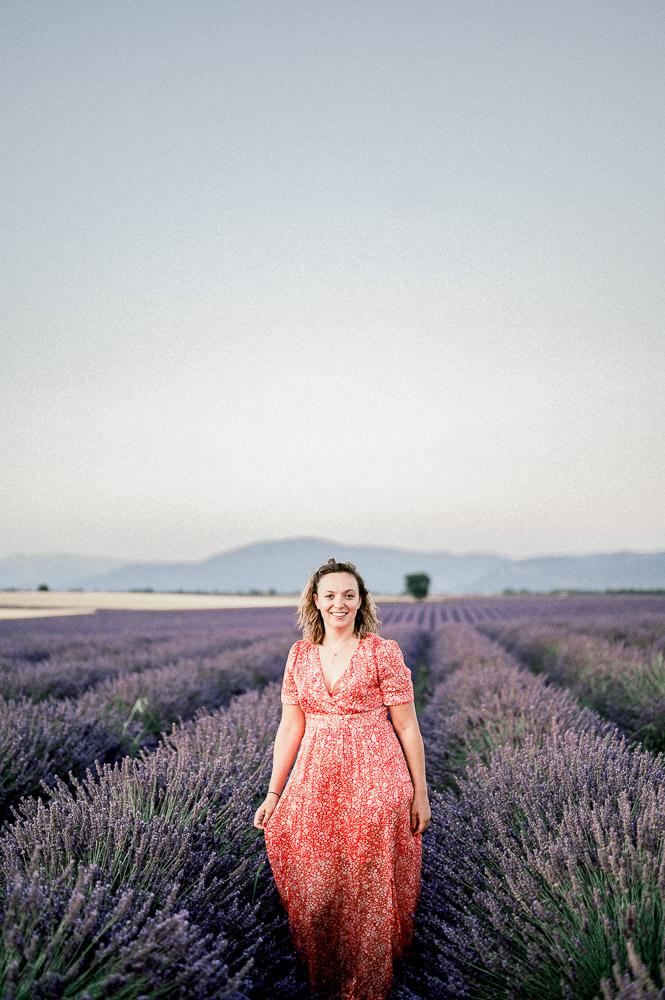 Jeune femme entrepreneur dans les lavandes photographiée par Sylvia calmet photographe à Aix en provence