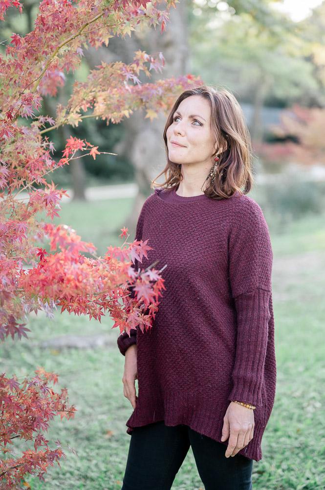 Jeune femme entrepreneur en extérieur photographiée par Sylvia Calmet photographe en provence