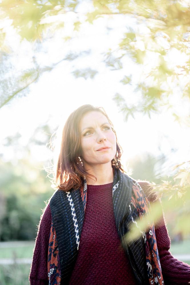Portrait de femme en extérieur par Sylvia Calmet photographe de mariage à salon de provence