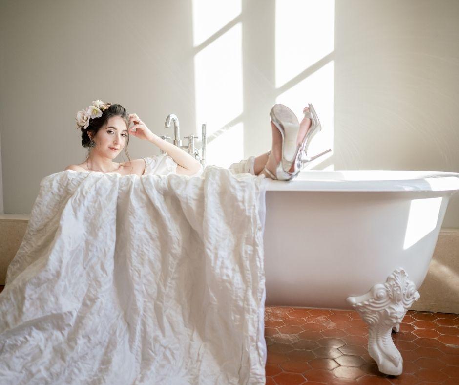 C'est au tour d'Elise d'être dans la baignoire pose préférée de Sylvia Calmet photographe de mariage