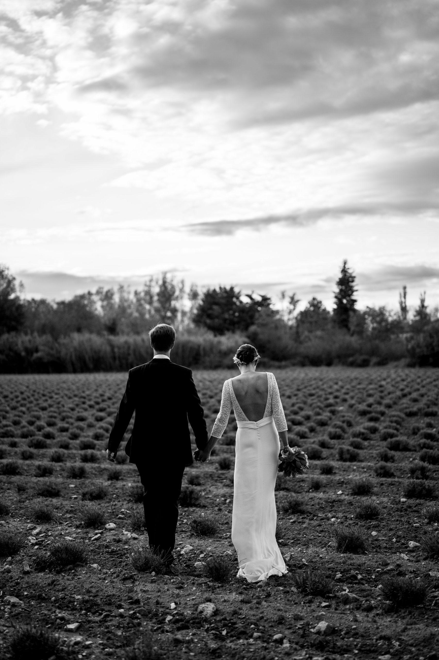 Couple dans les champs de Lavandes par Sylvia Calmet photographe de mariage